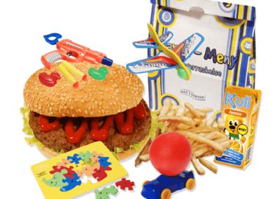 Burger og pommes frites med leke og drikke til barn