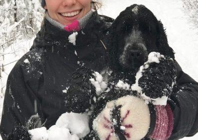 Emilie Sandal med ett stort smil og en hund i armene