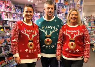 Familien Brekke i julegensere med reinsdyr på seg