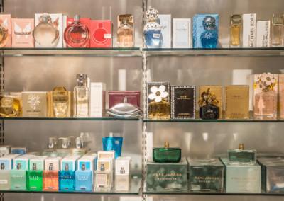 Hyller med parfyme fra Presanghuset