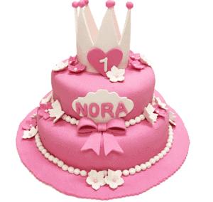 En rosa kake som det står Nora på med en hvit krone på toppen
