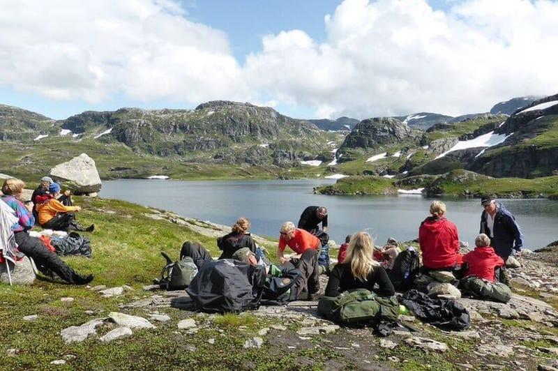 Mange personer som sitter å slapper av på Etnefjellet