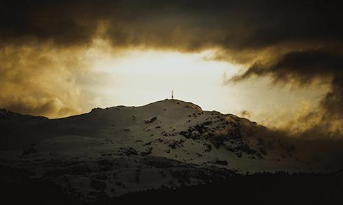 Sikten mot Ravnafjell med en antenne på toppen
