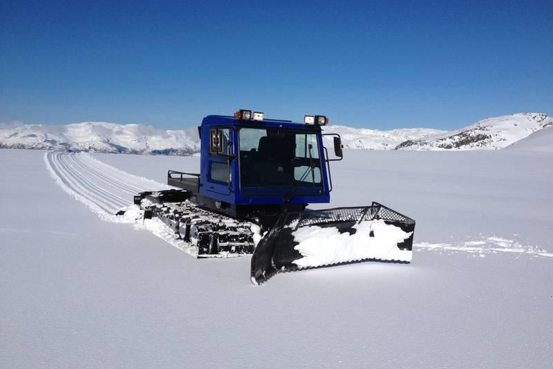 Maskin som lager skiløype over mot Maldal