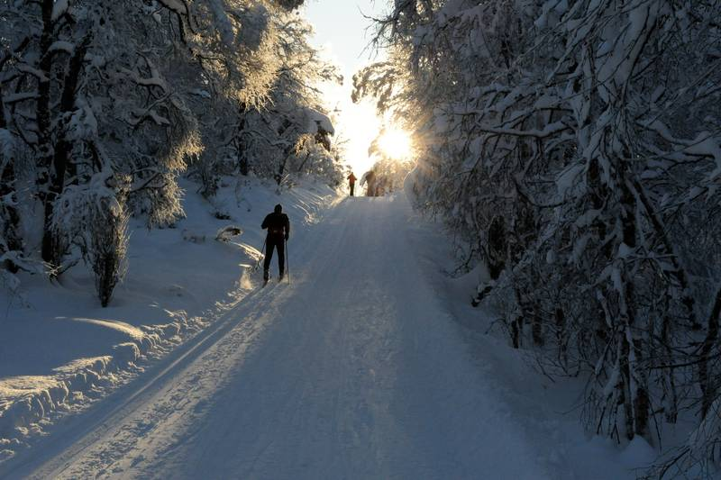 Skiløype med to personer på ski i Slettedalen