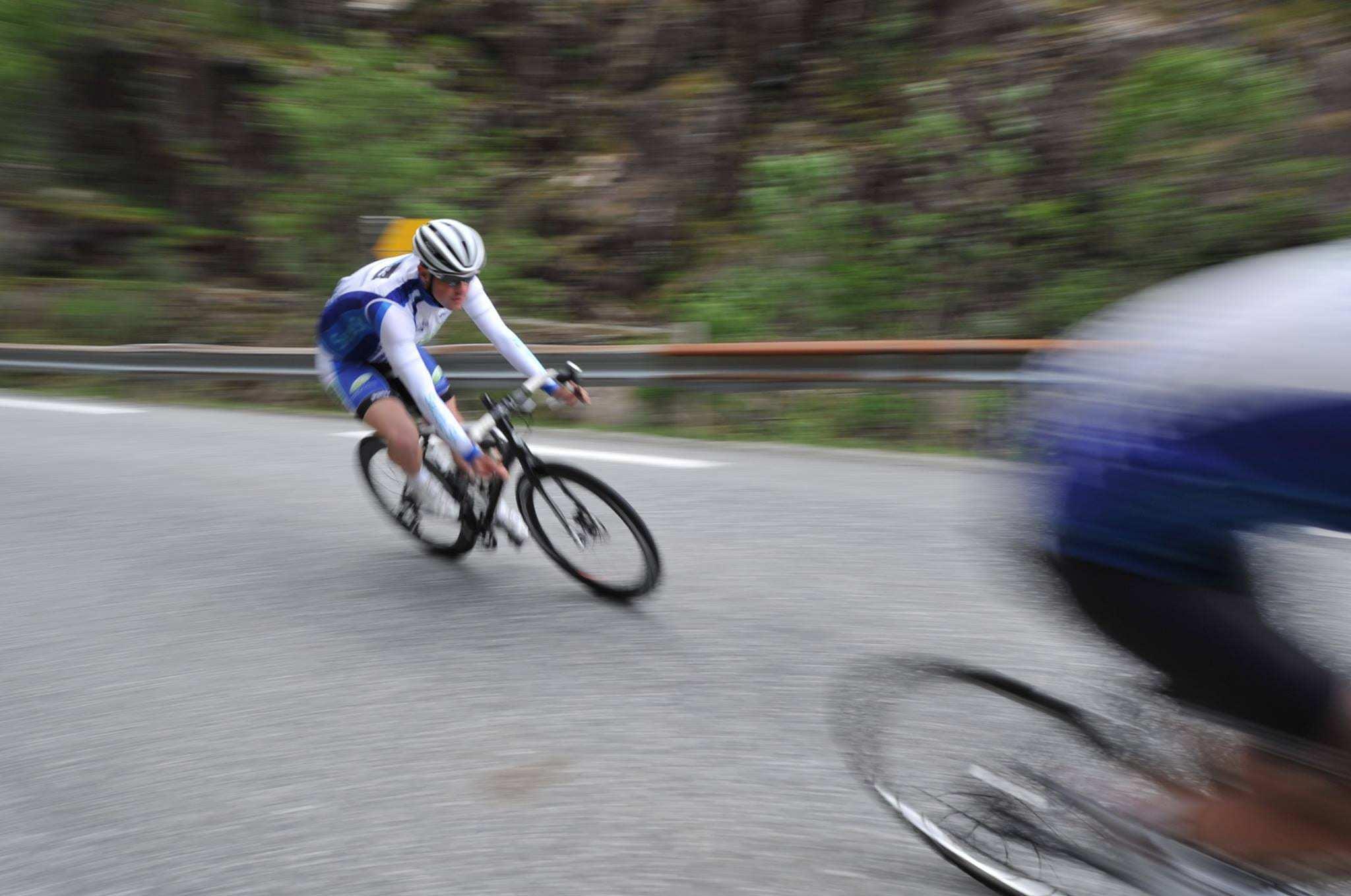 Mann på sykkel i høy fart