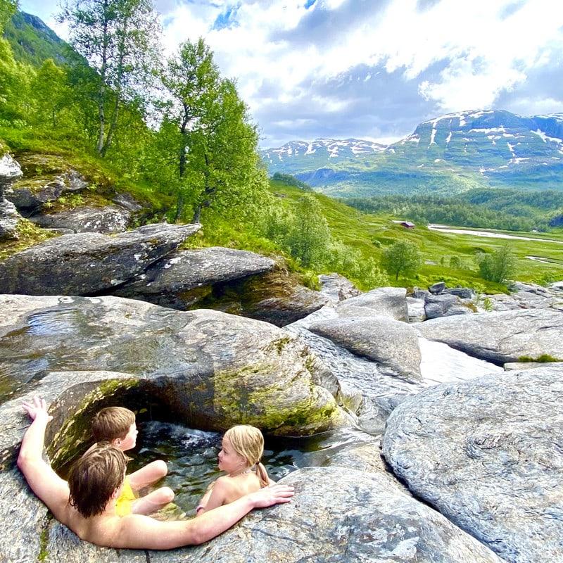 3 barn som bader i Jettergrytene med flott utsikt