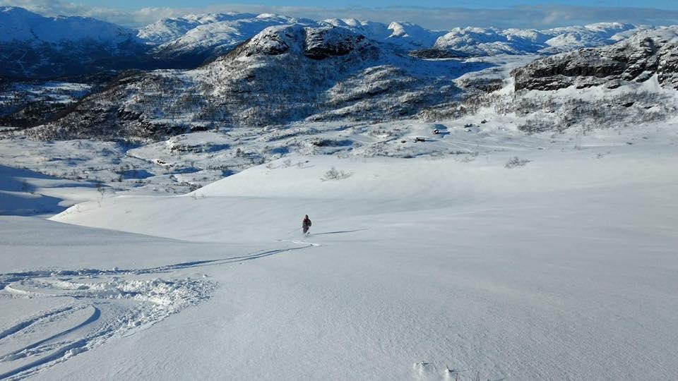 Snøfylt landskap med utsikt fra Reinsnuten