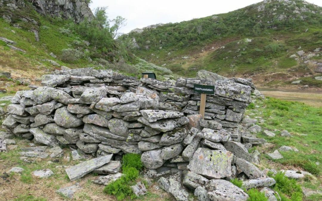 En steinrøys med skilt der det står Vetrhusstølen
